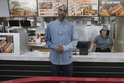 Snoop Dogg Teaches Burger King Staff How to Make Hot Dogs in New Train...