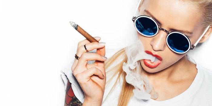 Los fumadores ganan menos