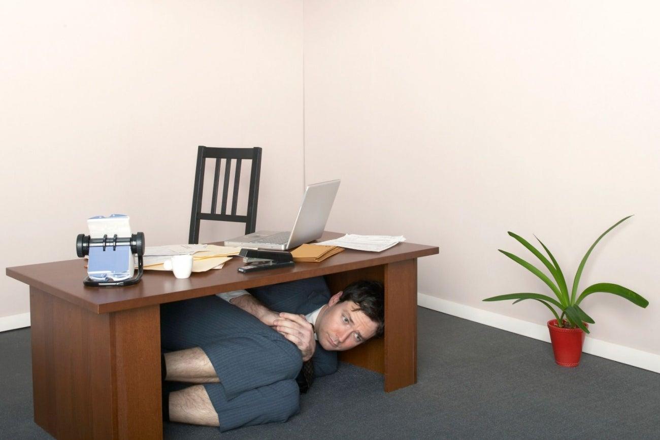 Фото на работе под столом, Девушка в чулках мастурбирует на работе под столом 9 фотография