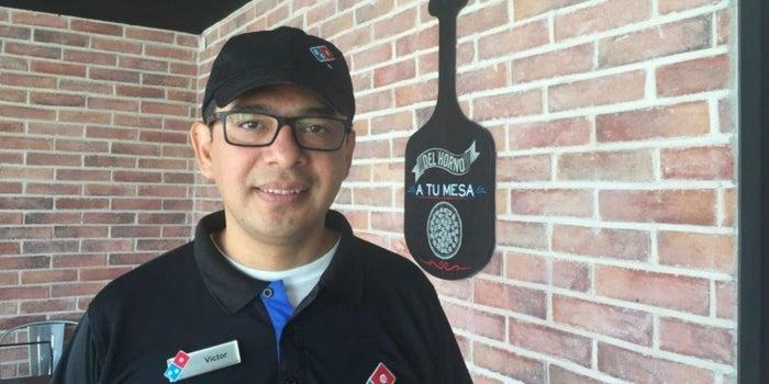 Cómo Víctor Flores pasó de ser repartidor de pizza a director en Domino's