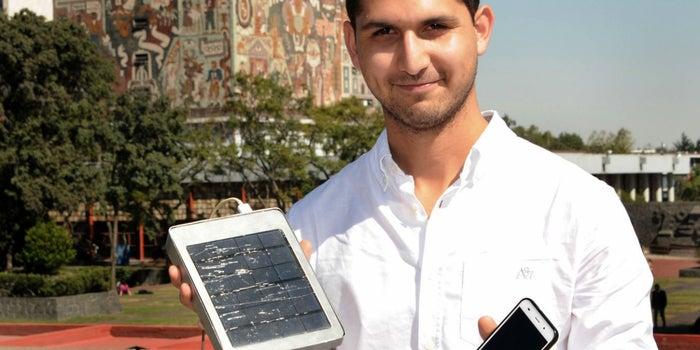Este estudiante quiere que siempre tengas pila en tu celular