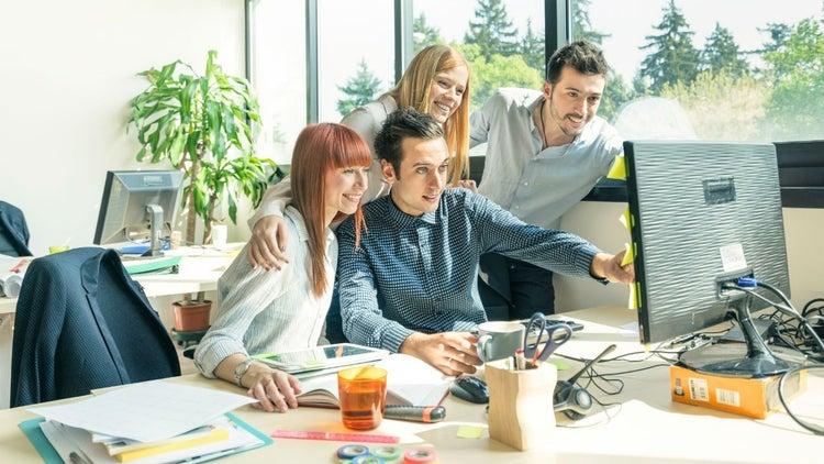 6 maneras de permanecer despierto, con energía y enfocado en el trabajo (sin cafeína)