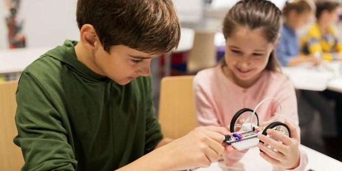 El estudiante que potencia la inteligencia de los niños con robótica