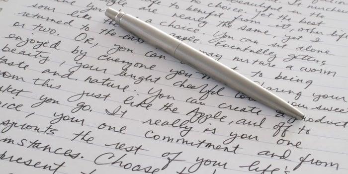 Por esta razón no debes dejar de escribir con pluma