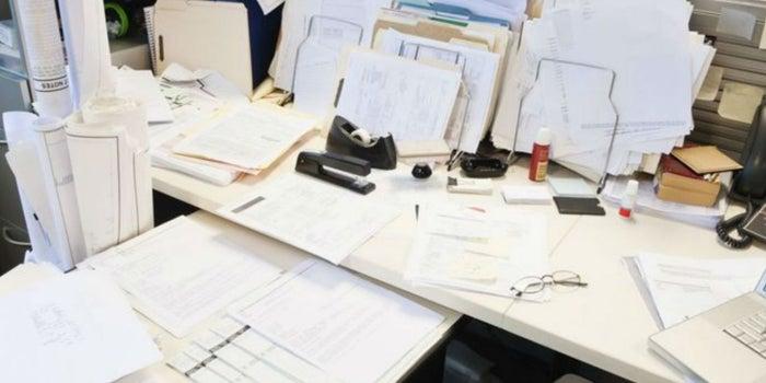 4 razones por las que tener un escritorio desordenado demuestran que eres un genio