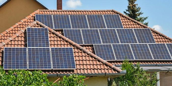 Tesla trabaja en la producción de tejas solares para iluminar Nueva York