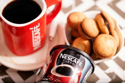 Las cafeterías Nescafé quieren hacerle competencia agresiva a Starbuck...