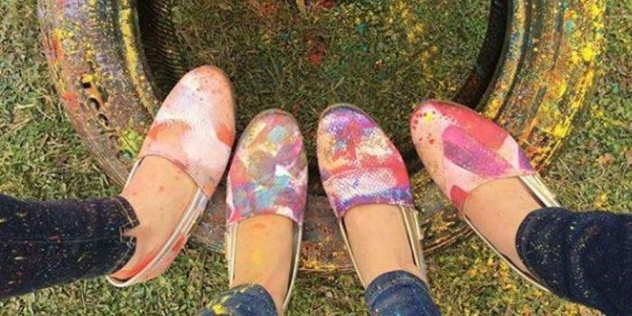 El influencer que salva al mundo con zapatos de suela de llantas