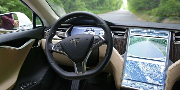Prohiben manejar por 18 meses a dueño de un Tesla por encender el piloto automático