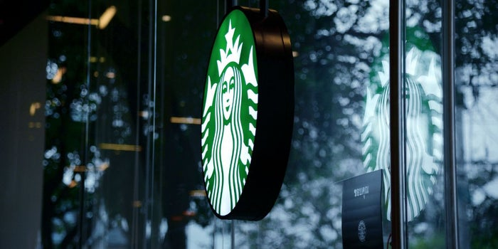 Starbucks busca remediar su error