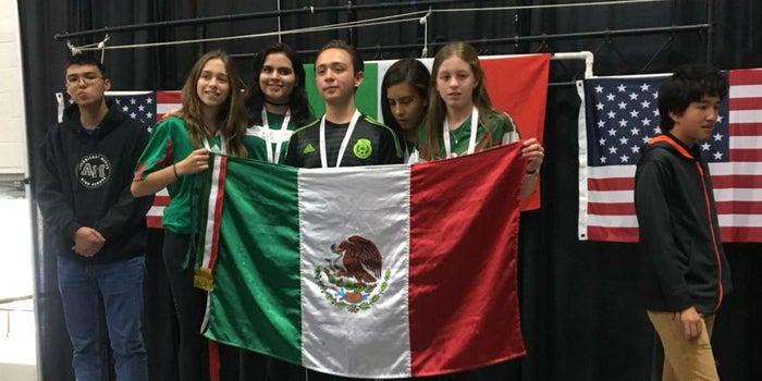 Jóvenes mexicanos triunfan en la competencia de robótica más importante del mundo con cinco medallas