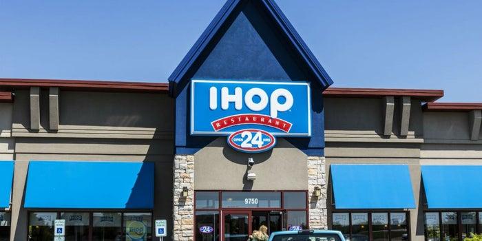 IHOP cambia su nombre a 'IHOb' y revela qué significa la 'B'