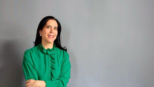 Esta emprendedora dirige su firma de diseño, edita libros y da mentoría a jóvenes. Así es cómo lo hace con éxito.