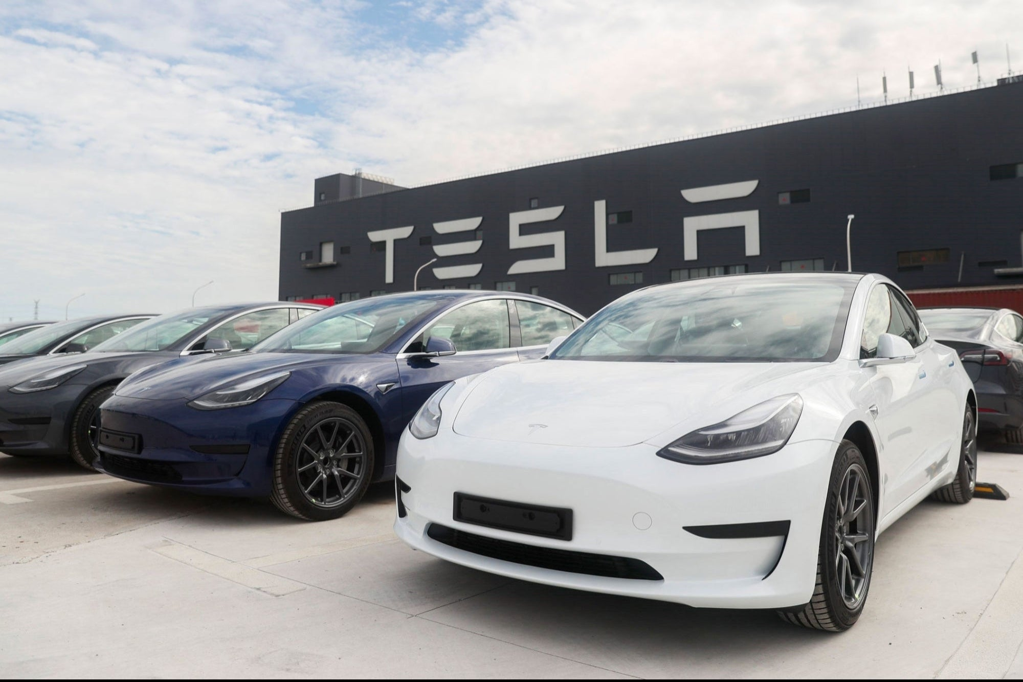 Crash and fire of a driverless Tesla leaves two dead and causes company shares to fall