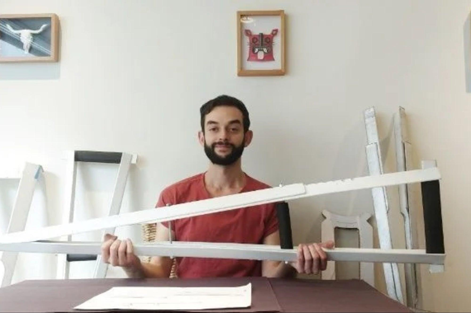 Este emprendedor creó muletas de cartón que podrían..