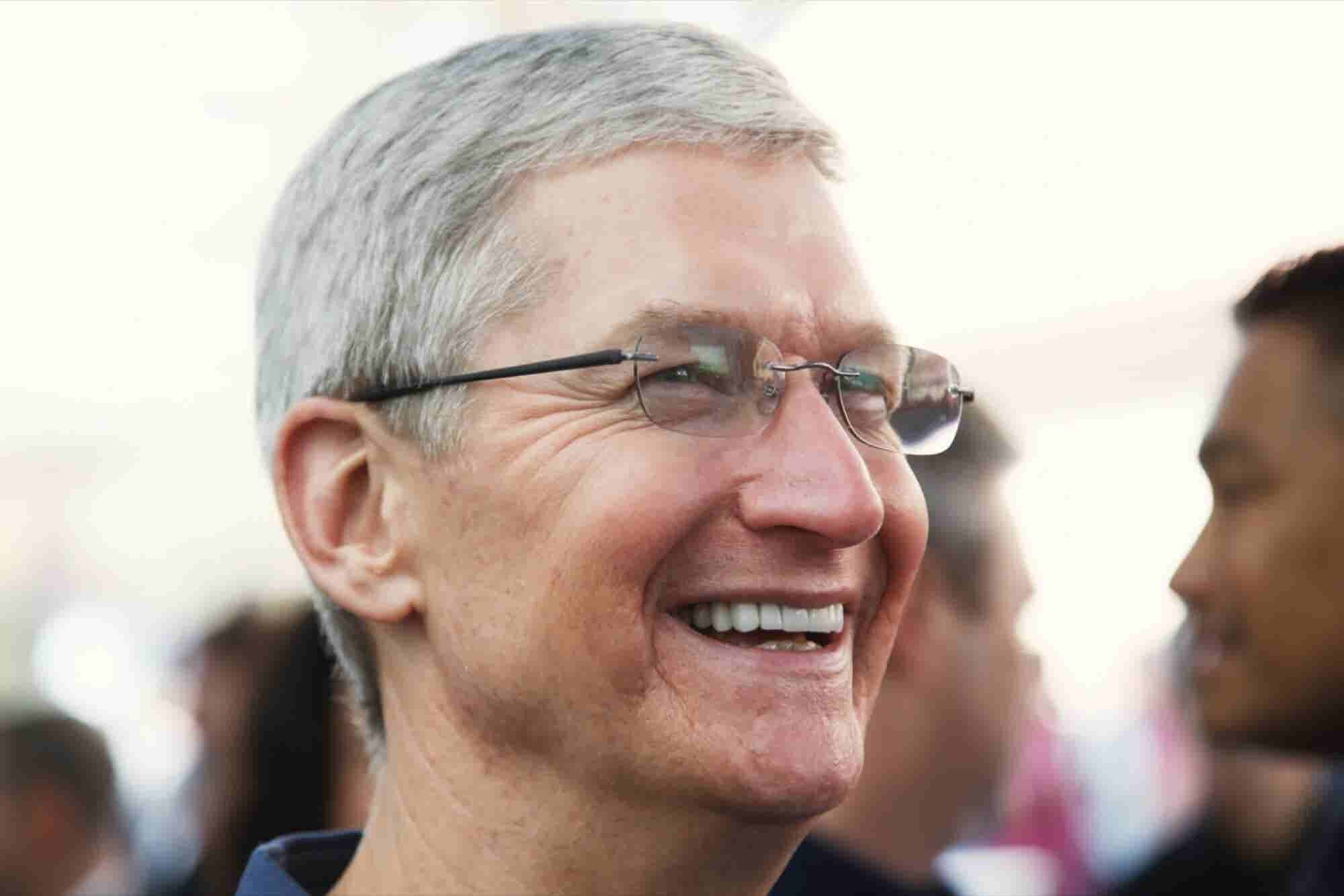 Apple CEO to Grads: Change the World