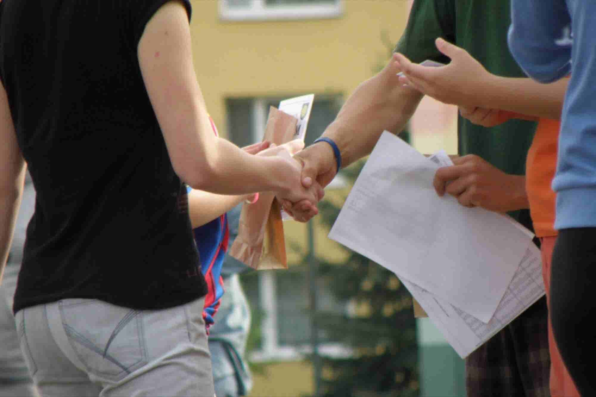 8 Handshakes That Make Unforgettably Bad First Impressions