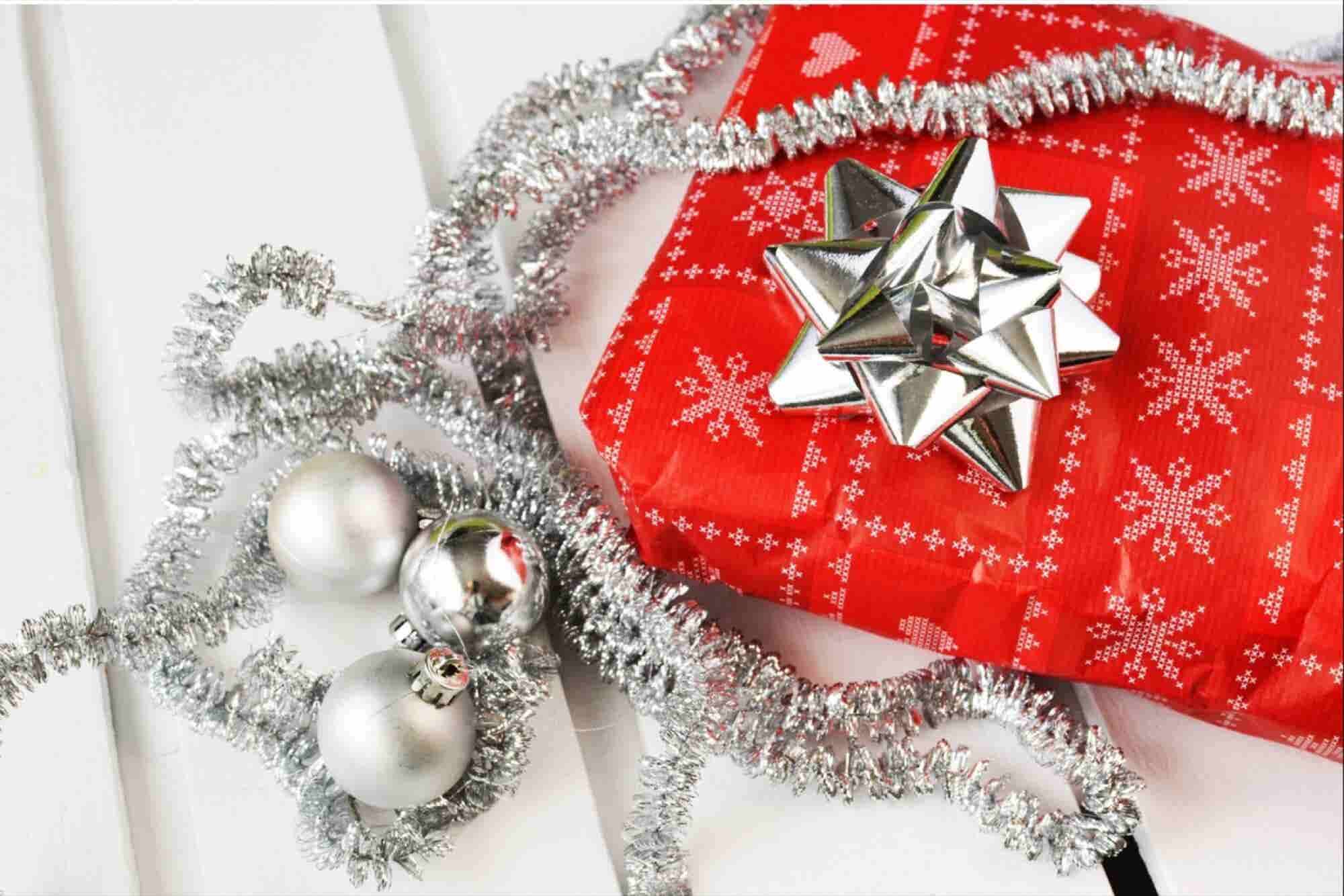 The Etiquette of Exchanging Holiday Gifts in the Office