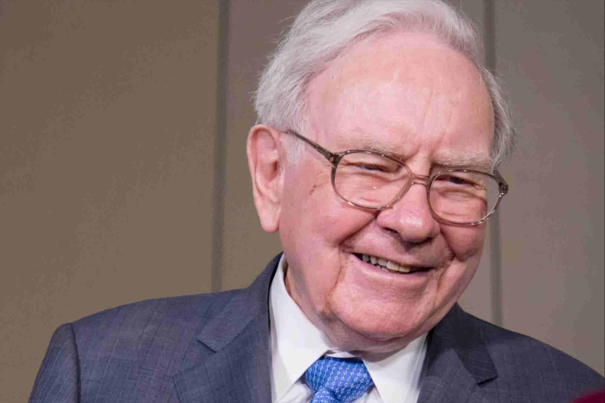 Why Warren Buffett Still Has a Flip Phone Despite Holding Tons of Apple Stock