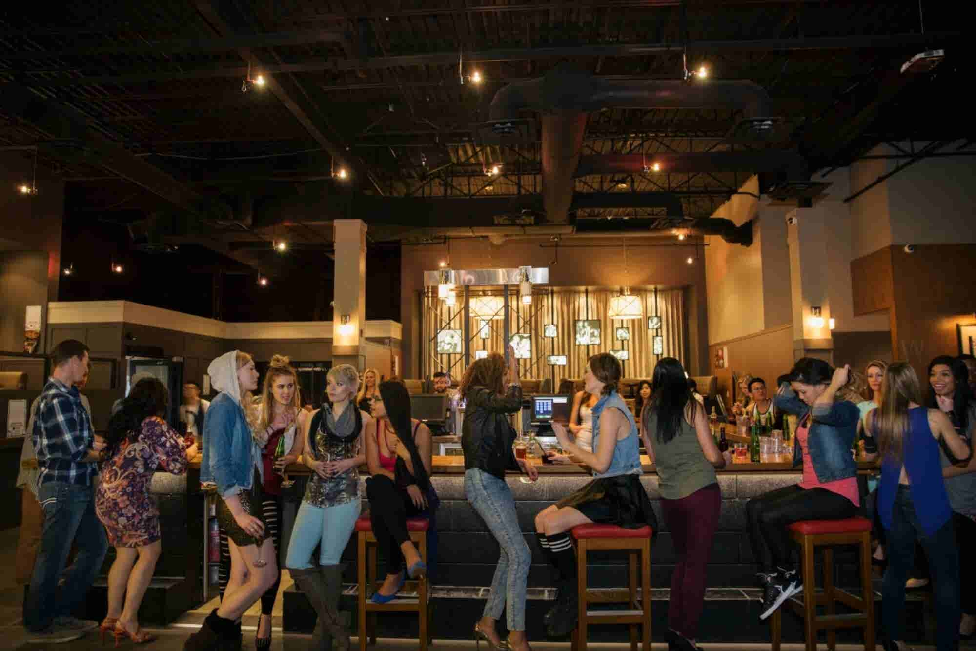 The Dos and Don'ts of Doing Business in a Bar (Infographic)
