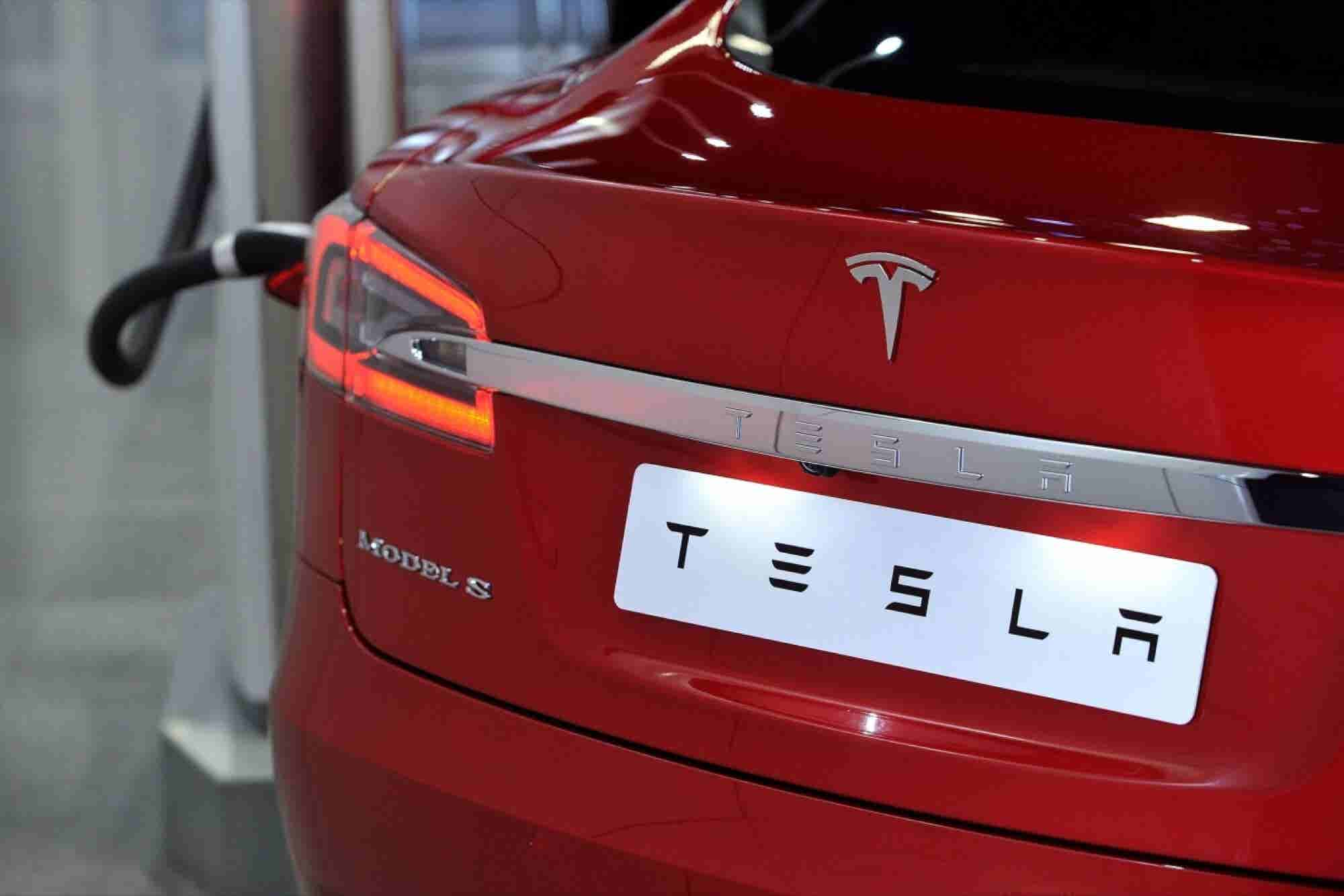 Tesla Misses Delivery Target Again Following Rough Month -- Start Up Your Day Roundup