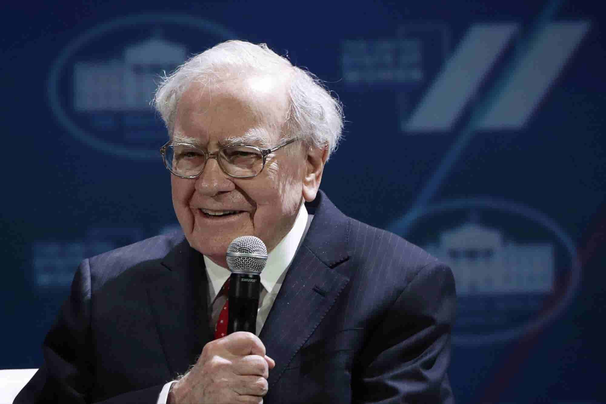 Warren Buffett's Firm Takes Bigger Bite of Apple, Pares Wal-Mart