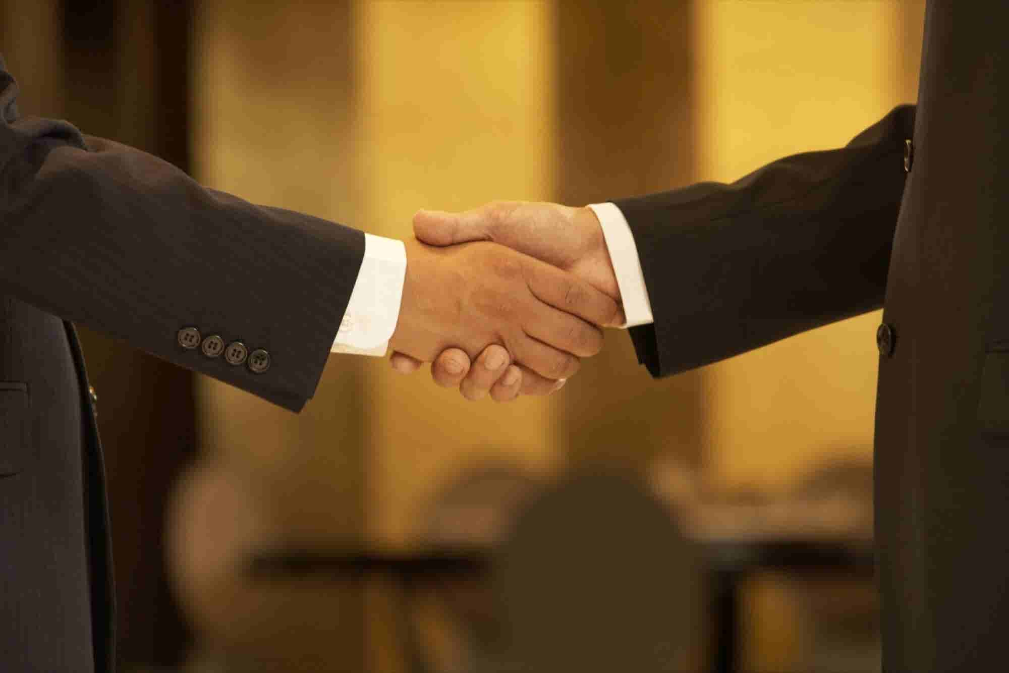 Business Etiquette Basics From Around the World (Infographic)