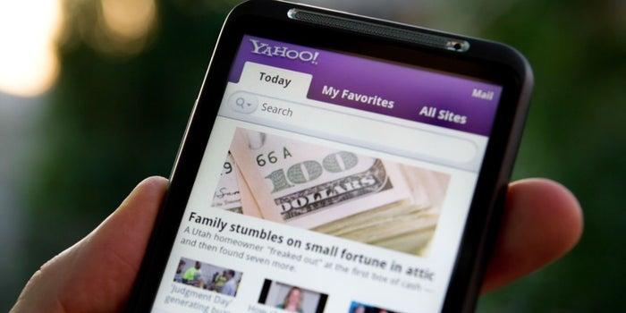 Yahoo accidentalmente tuitea mensaje racista