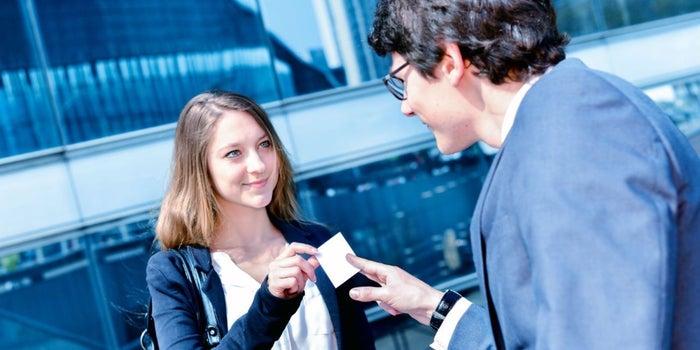Por qué tus tarjetas de presentación (todavía) te dan estatus