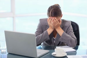 Por qué no está mal que llores en el trabajo