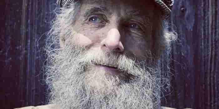 El hippie barbón que inició un imperio con abejas