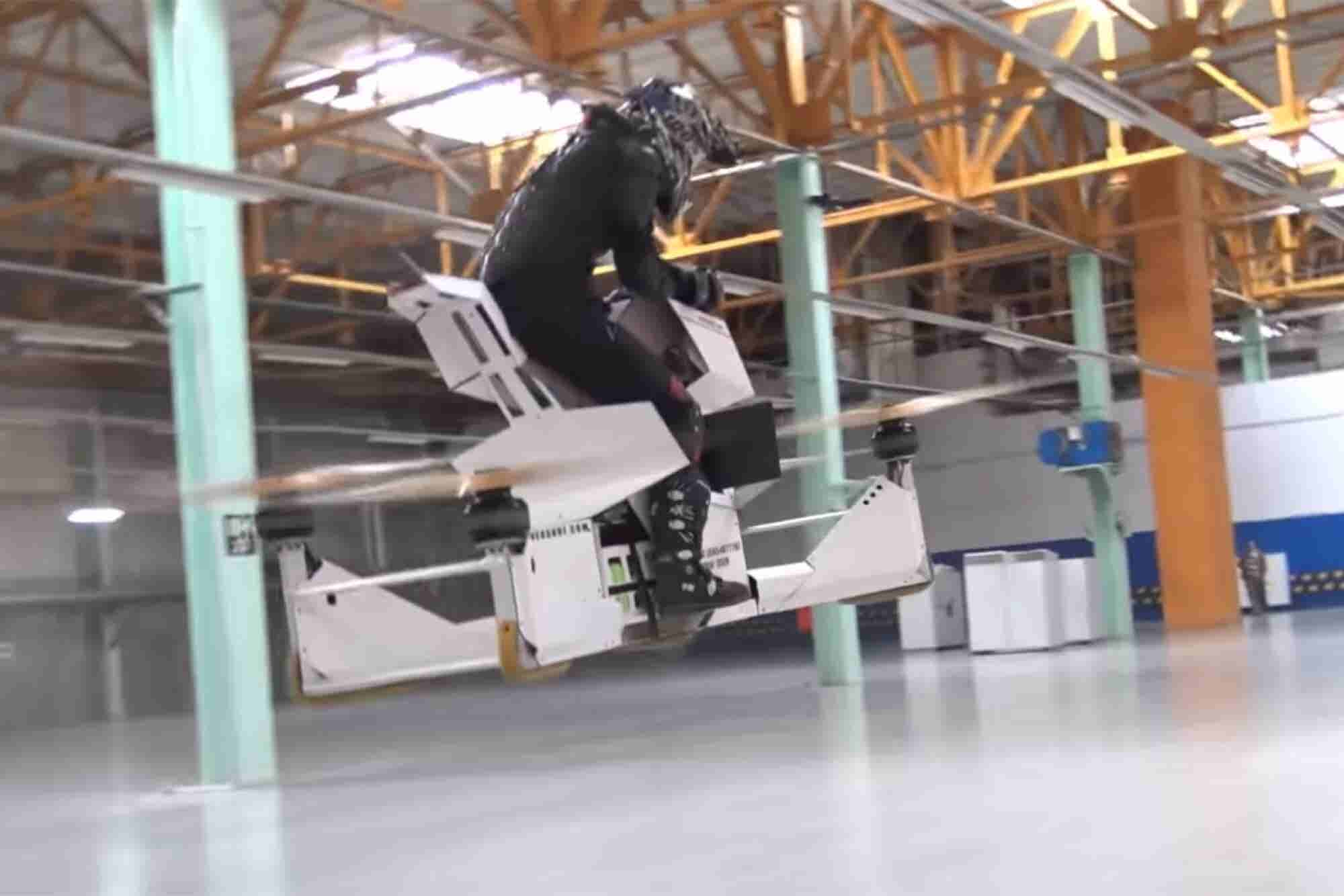 Así se opera una moto voladora
