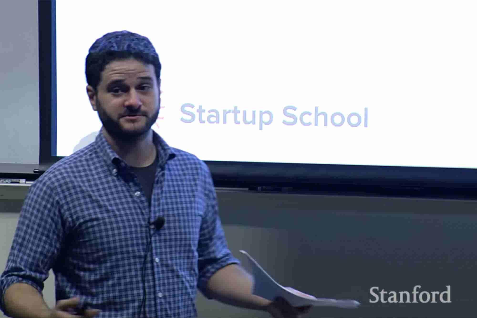 El cofundador de Facebook explica por qué se debe arrancar una startup