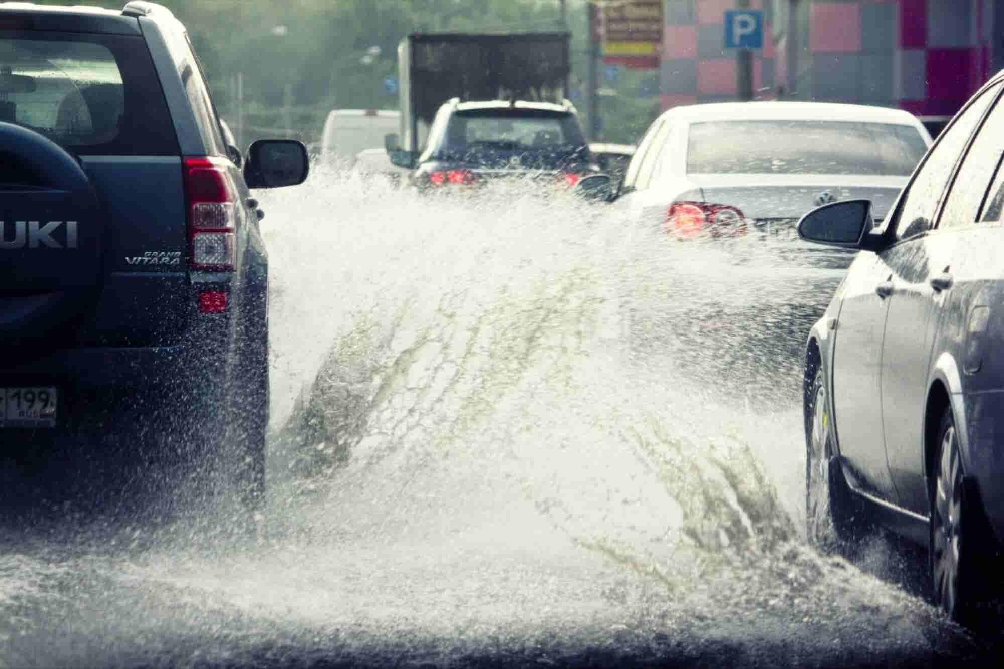 Cabify regala viajes a los damnificados por lluvias; Uber sube tarifas