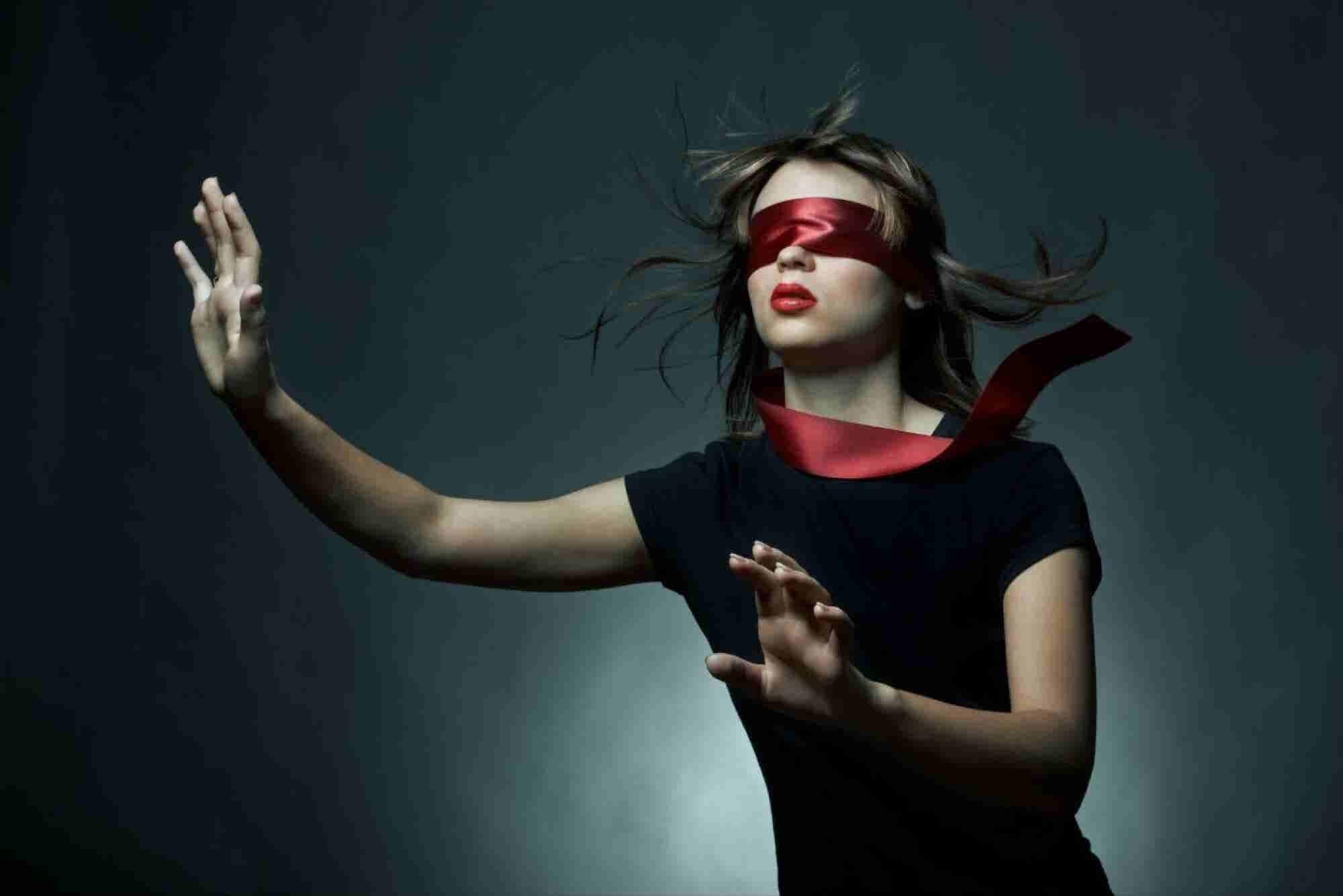 Entérate por qué te conviene contratar 'a ciegas'