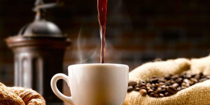 Beber mucho café podría hacerte menos listo: estudio