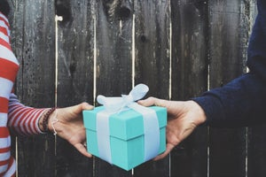 Want People to Remember Your Gift This Holiday Season? Follow These 10 Tips.