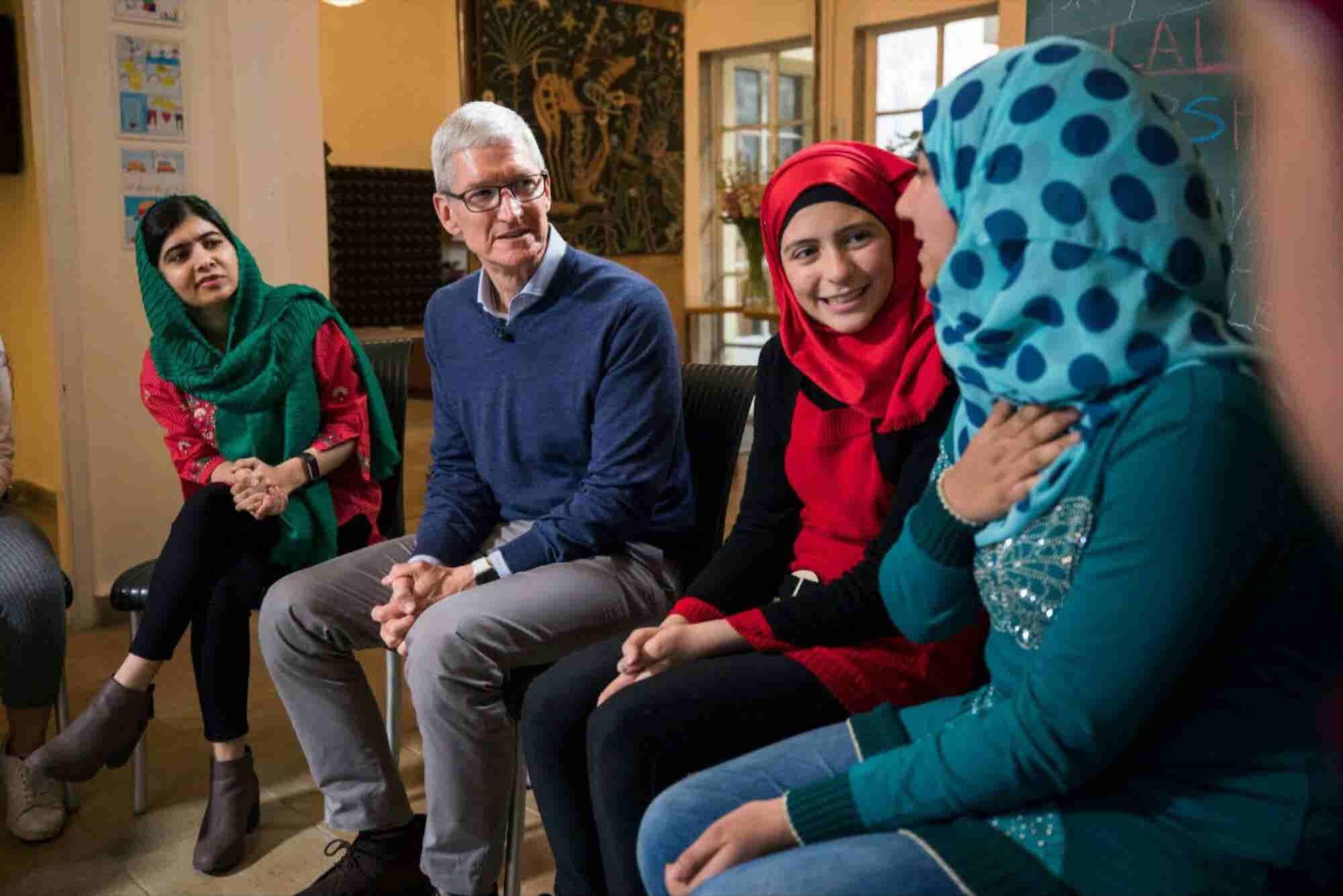 Tim Cook y Malala unen fuerzas para llevar a 100,000 niñas a la escuel...