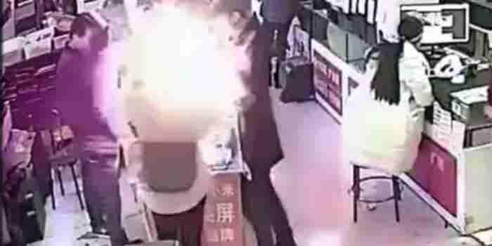 Este hombre mordió una batería de iPhone y le explotó