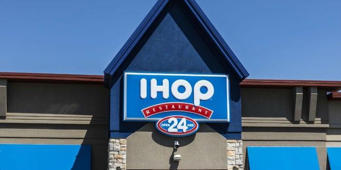 Ayuda a los niños con cáncer al comer un pancake en IHOP