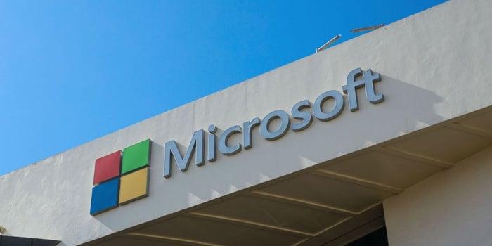 Gracias a un tuit, Microsoft regala un computadora a un profesor de Ghana