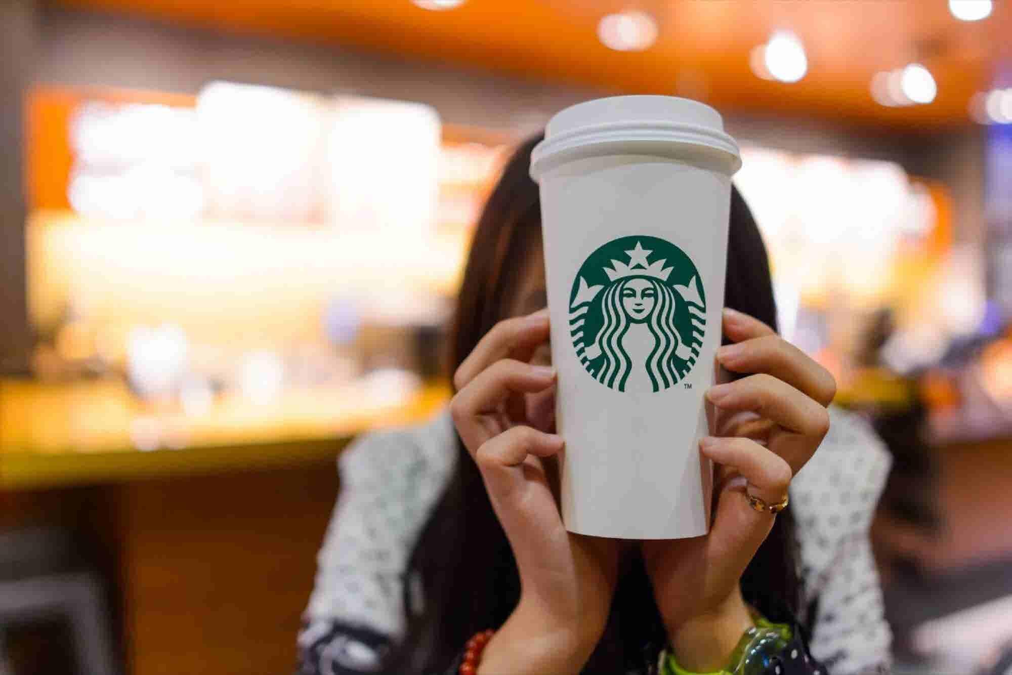 Starbucks va por igualdad salarial para mujeres y minorías