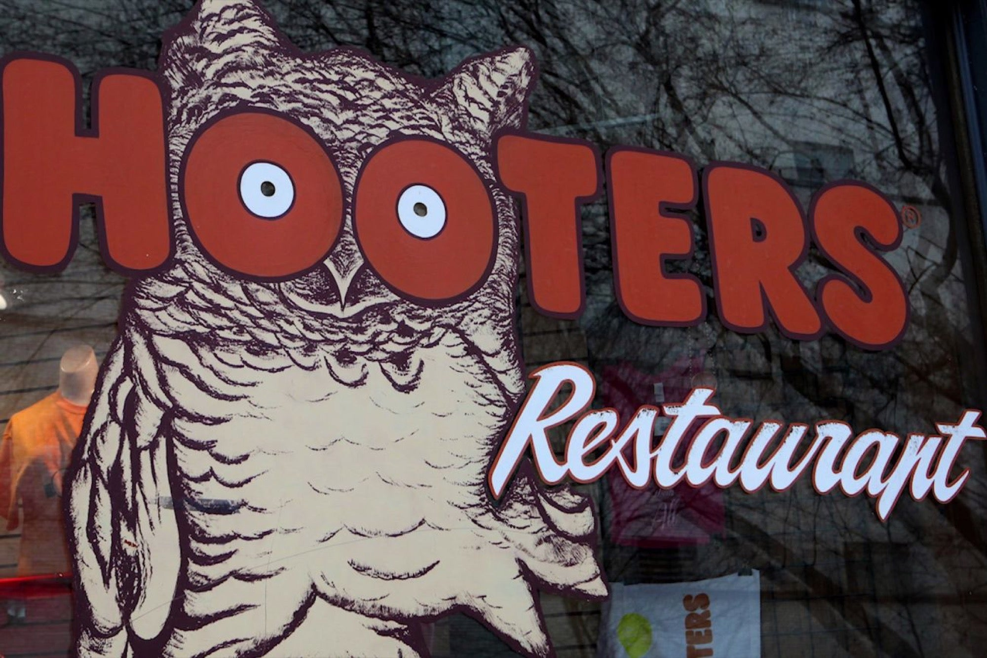 Hooters Has a New Coworking Space in Tokyo! 3 Things to Know