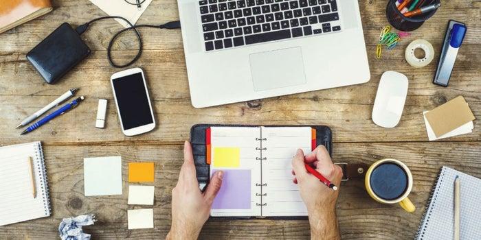 8 objetos que DEBES tener en tu escritorio