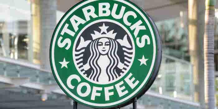 Por qué Starbucks cerrará 8,000 cafeterías el 29 de mayo