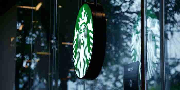 Starbucks busca remediar su error