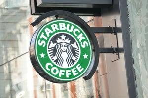 Por qué Starbucks cerrará hoy más de 8,000 tiendas