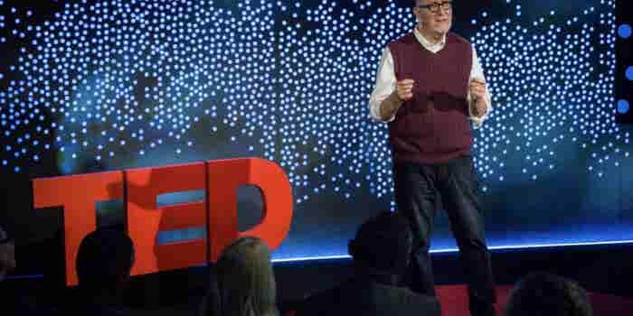 El hombre que emprendió a los 66 años y transforma basura en empaques biodegradables