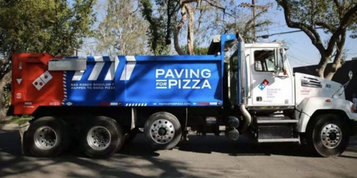 ¿Quieres tapar el bache de tu calle? Pide una pizza de Domino's