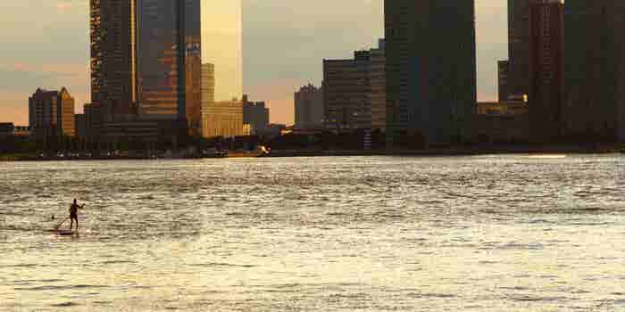 Watch This Guy Paddleboard Across the Hudson River to Get to His Meeting